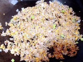 葱香豆豉蛋炒饭的做法步骤:7
