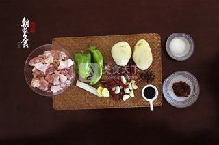 新疆大盘鸡的做法步骤:1