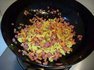 五彩紫米蛋炒饭的做法步骤:7