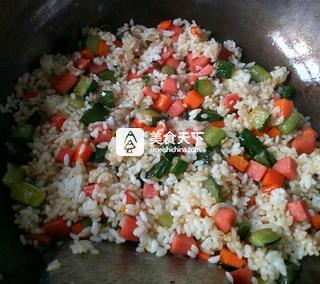 黄瓜火腿蛋炒饭的做法步骤:8
