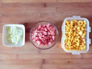 瑶宝蛋炒饭的做法步骤:2