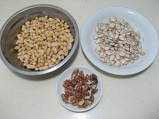 南瓜籽核桃豆浆的做法步骤:2