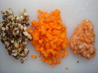 三文鱼鸡蛋炒饭的做法步骤:2