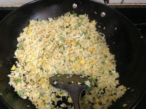这个蛋炒饭是最基础的做法,你是这样做的吗?是先炒蛋还是先炒饭