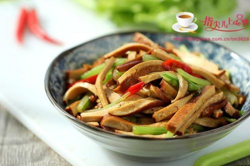 闷热周末吃什么,来碗家常版茄子肉丁面吧,加点毛豆更好吃哦!