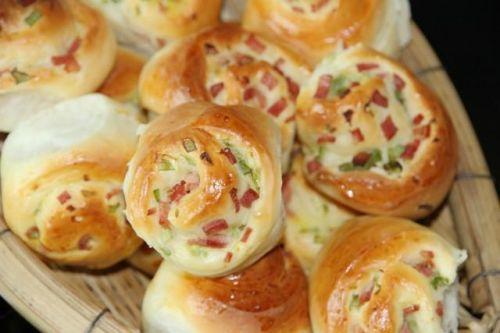 喜欢咸香口味面包的小伙伴看过来,手把手教你做培根葱香面包卷!