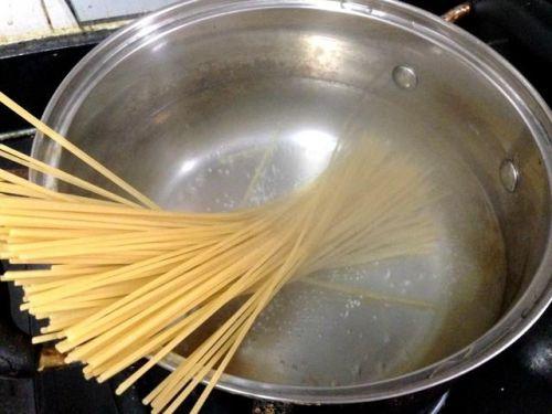 一个人的午饭怎么吃?来试试这个简单易做的培根圆白菜炒意面吧!