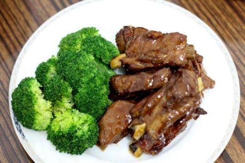 爱吃红烧排骨吗?来试试不放油、不放盐,好做又好吃的方法吧!