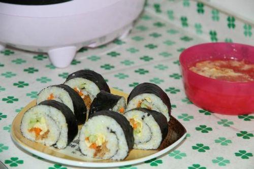 假期宅家做什么?和孩子一起动手制作好吃的紫菜包饭吧!