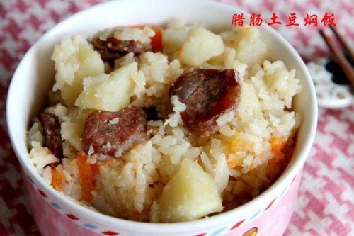 电饭煲只蒸白米饭太浪费了,试试腊肠土豆焖饭,美味饭菜一锅出!