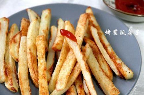 用烤箱做出来的薯条,只用一点点油,比快餐店的好吃又健康哦!