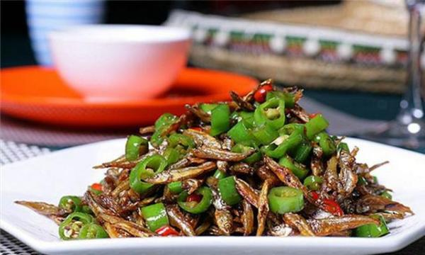 小时候在家里餐桌上记得最清楚的不过就是青辣椒炒小鱼了,那时候家里