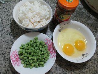 带豆鸡蛋炒饭的做法步骤:1