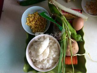 香菇土豆什锦蛋炒饭的做法步骤:2