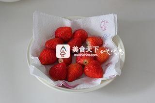 草莓班戟的做法步骤:1
