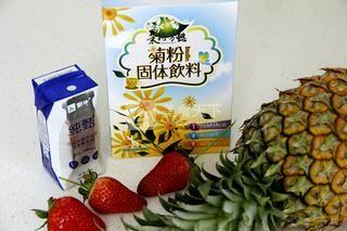 鲜榨草莓菠萝奶昔的做法步骤:1
