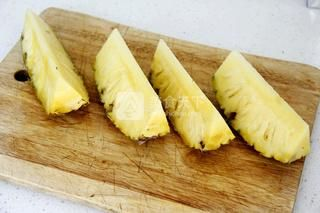 鲜榨草莓菠萝奶昔的做法步骤:4