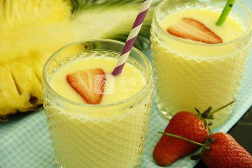 鲜榨草莓菠萝奶昔的做法
