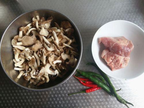 菌菇炒肉片的做法图解1