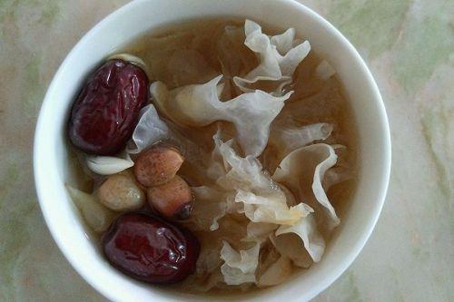 红枣莲子百合银耳糖水