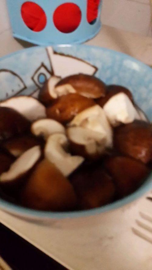 香菇咸肉枸杞鸽子汤的做法图解2
