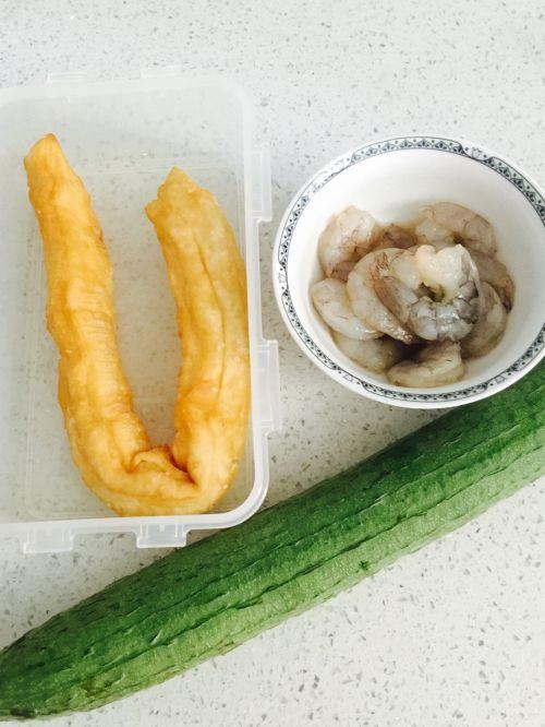 油条虾炒丝瓜的做法图解1