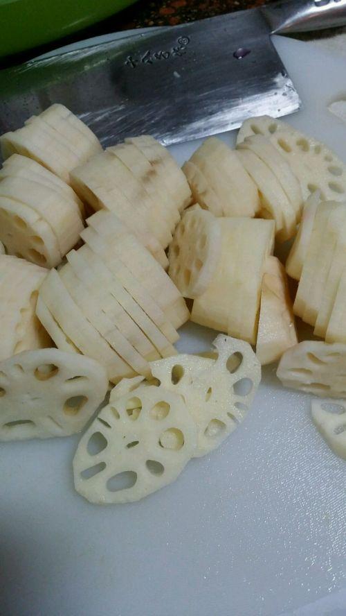排毒养颜的小吃:胭脂藕片的做法图解1