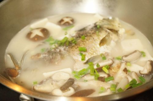 香菇豆腐鲫鱼汤的做法图解9