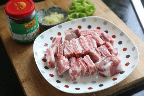 开胃下饭菜:沙茶酱排骨的做法图解1