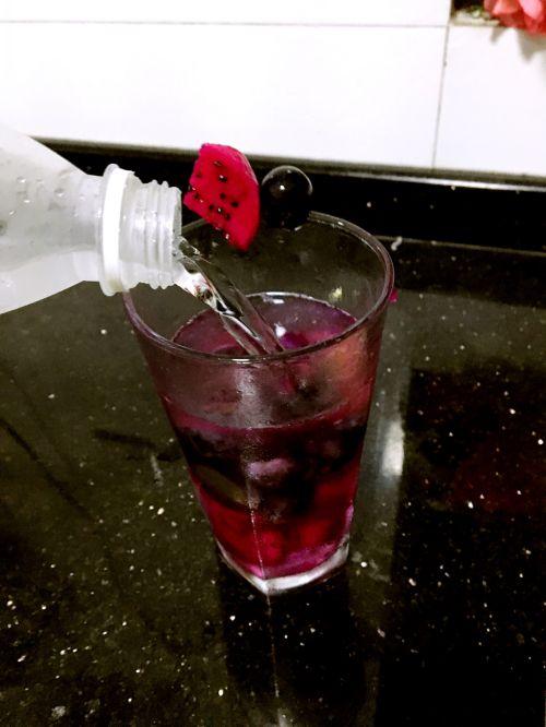 火龙果葡萄柠檬苏打水的做法图解3