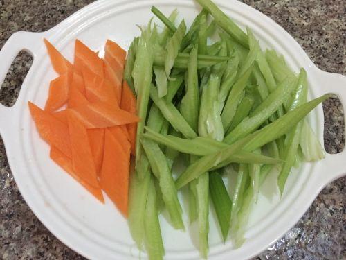 芹菜腐竹的做法图解1