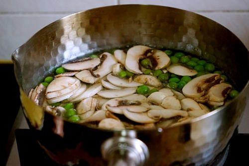 豌豆蘑菇炒春笋的做法图解7