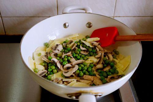 豌豆蘑菇炒春笋的做法图解13