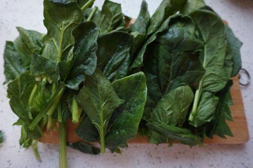 脆果仁拌菠菜的做法图解2