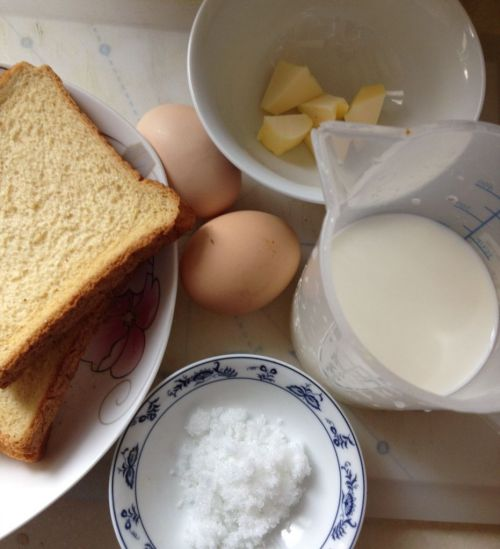 蛋奶吐司布丁的做法图解1