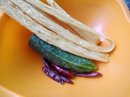 黄瓜拌腐竹的做法图解1