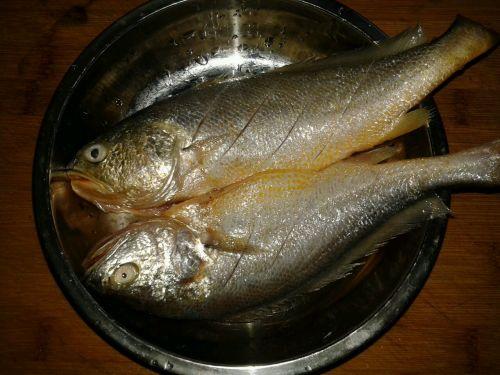 嫩嫩的红烧小黄鱼的做法图解1
