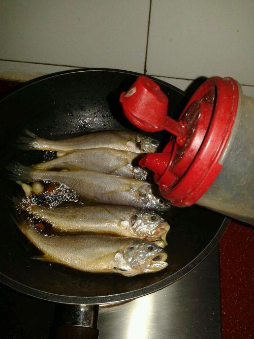 嫩嫩的红烧小黄鱼的做法图解5