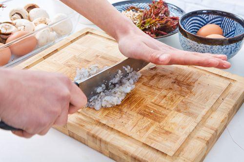 鲜虾口蘑香椿卷儿的做法图解1