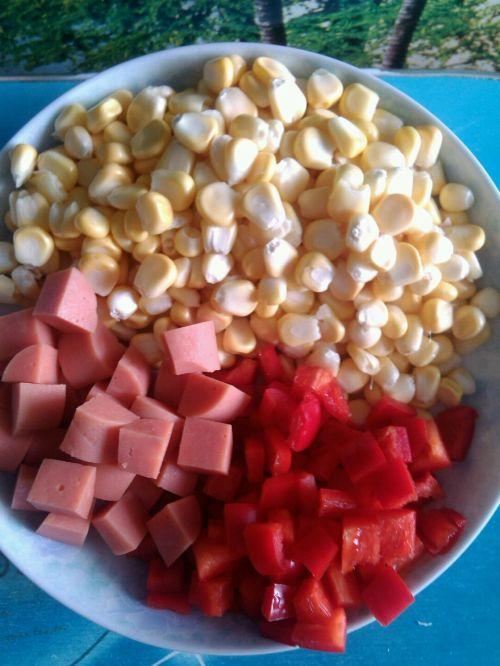 家常小炒火腿肠红椒炒玉米粒的做法图解2