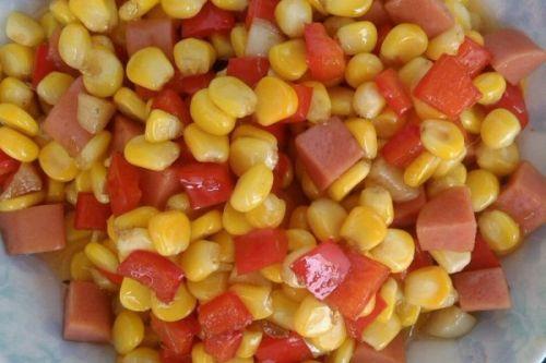 家常小炒火腿肠红椒炒玉米粒