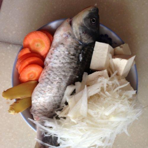 白玉银丝鲫鱼汤的做法图解2