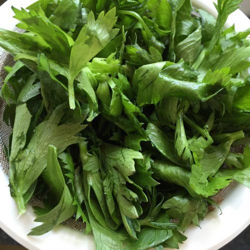 粉蒸芹菜叶的做法图解1