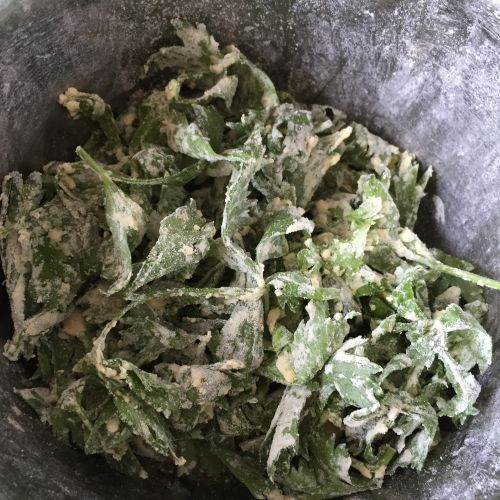 粉蒸芹菜叶的做法图解3
