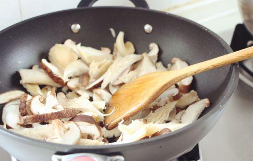 双菇豆腐汤的做法图解2