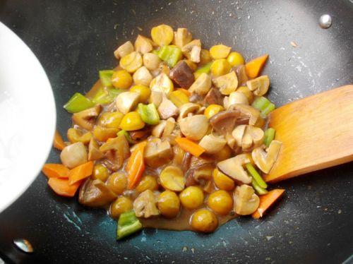 加胡萝卜和青椒炒几下