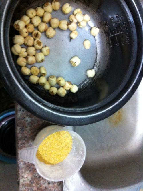 冬日养胃:小米莲子粥的做法图解1