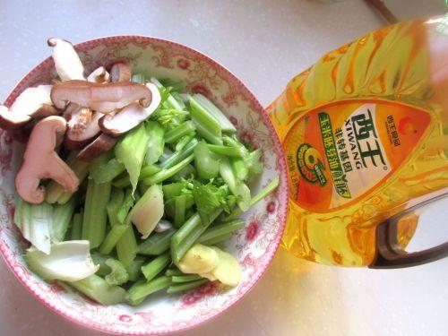 香菇炒芹菜的做法图解1