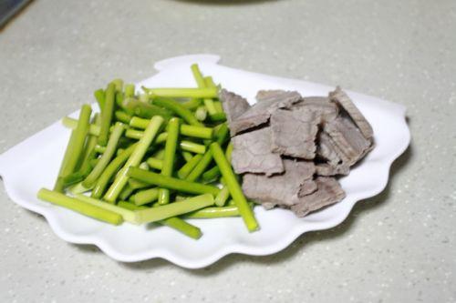 家常菜:蒜苔炒牛肉的做法图解1