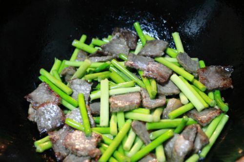 家常菜:蒜苔炒牛肉的做法图解3